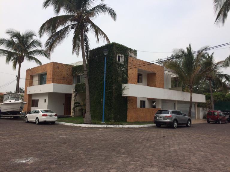 Venta de Casa 4 ambientes en Boca del Río Fraccionamiento El Estero