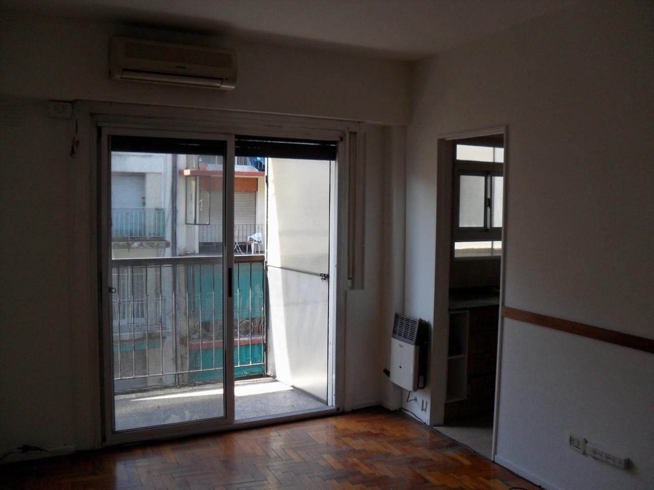 CABALLITO - Alquiler ambiente y medio con balcón al frente