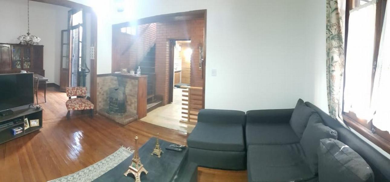LINIERS. Casa 3 dormitorios, 2 baños, patio y terraza.